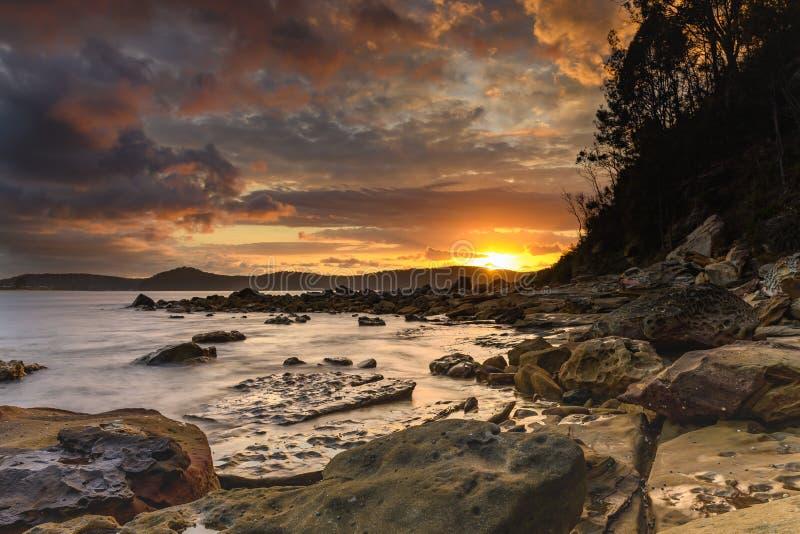 Zonsopgangzeegezicht die met Atmosfeer en Wolken barsten royalty-vrije stock foto