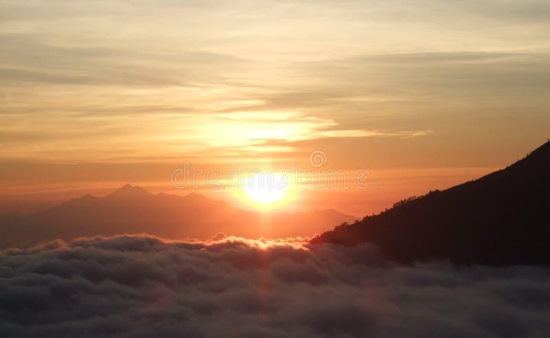 Zonstijging over de horizon boven de wolken royalty-vrije stock fotografie