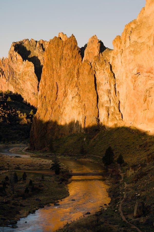 Zonstijgingen bij Smith Rock Oregon Crooked River-de Bezinning stock foto's
