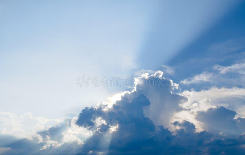 Zonstraal, blauwe hemel & wolken royalty-vrije stock afbeeldingen