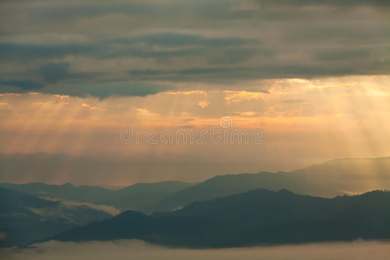 Zonstraal die over bergen in Pai, Maehongson, Thailand glanzen royalty-vrije stock foto's