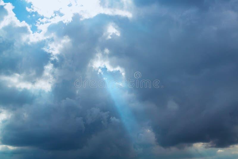 Zonstraal door wolken stock afbeeldingen