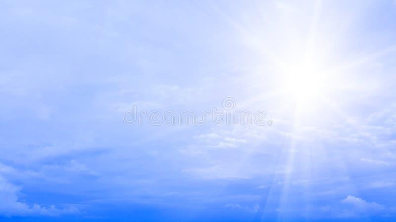 Zonstraal en blauwe hemel met wolken geïsoleerde aardachtergrond royalty-vrije stock afbeelding