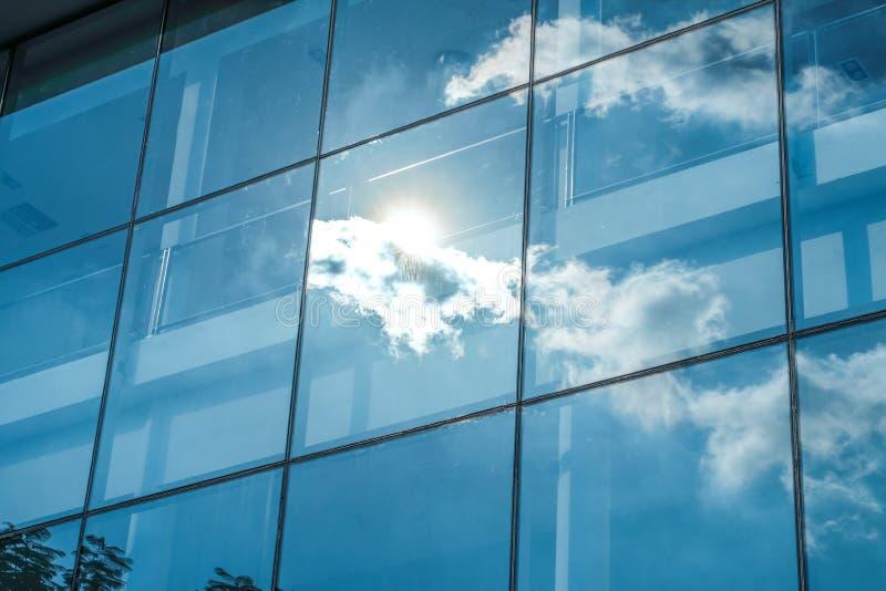 Zonstraal en blauwe hemelbezinning bij de bouw van het vensterbureau, Busin royalty-vrije stock foto