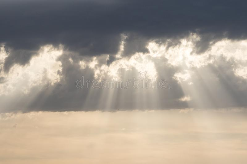 Zonstralen bij zonsondergang, bewolkte hemel stock foto's