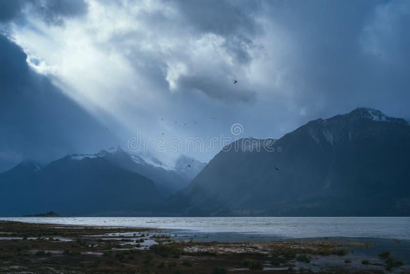 Zonstralen die door Wolken, Haines Alaska barsten stock afbeelding