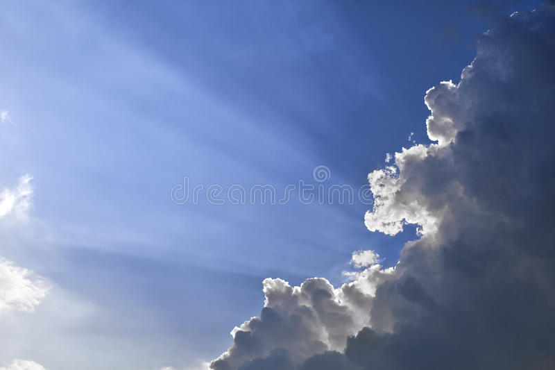 Zonstralen door een wolk stock foto's