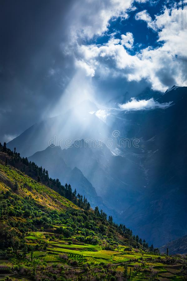 Zonstralen door wolken in Himalayan-vallei in Himalayagebergte royalty-vrije stock foto's