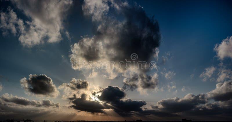 Zonstralen door wolkenpanorama royalty-vrije stock foto's