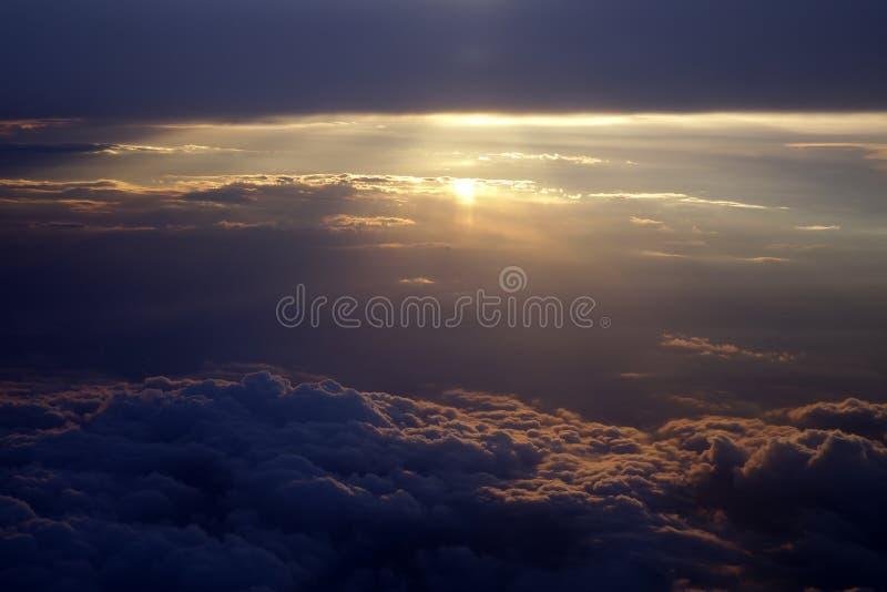 Zonstralen met wolken stock fotografie