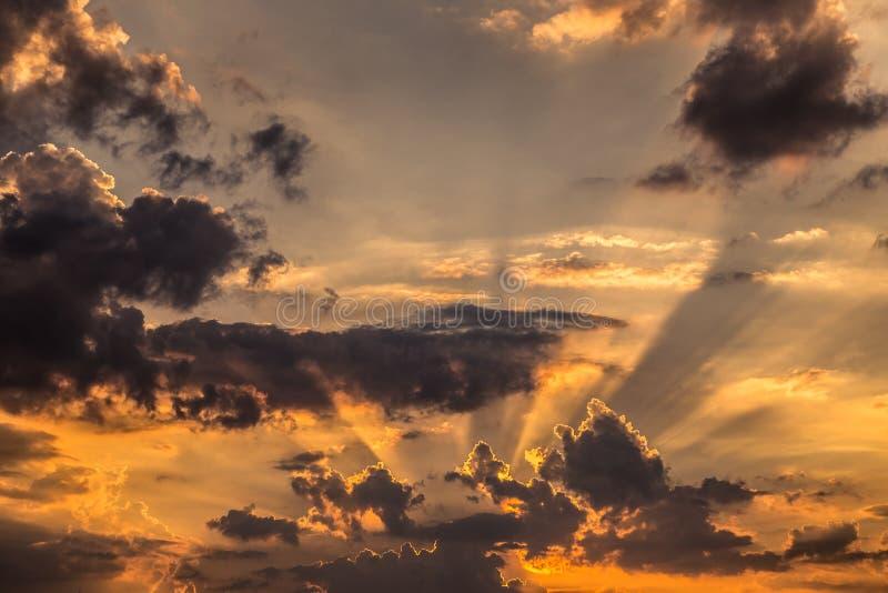 Zonstralen op zonsondergang stock fotografie