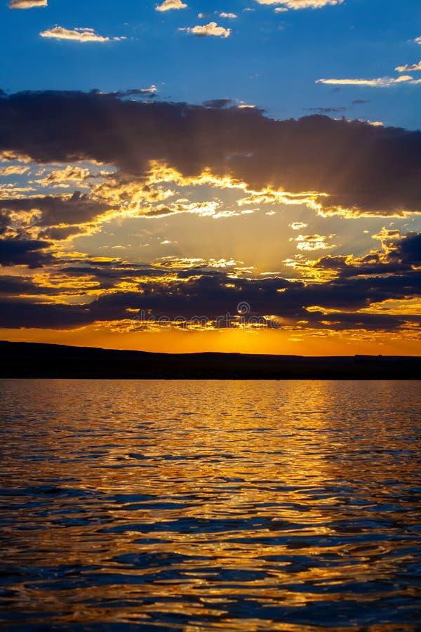 Zonstromen in Stralen door Wolken tijdens Zonsondergang in Wawheap-Baai bij Meer Powell royalty-vrije stock afbeelding