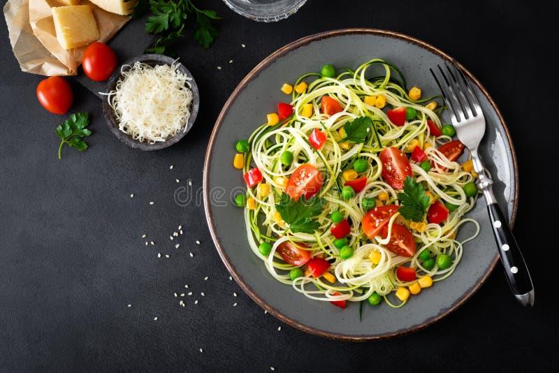Zoodlie sund strikt vegetarianmat - zucchininoodlie med den ny gröna ärtor, tomaten, spansk peppar och havre för lunch royaltyfria foton