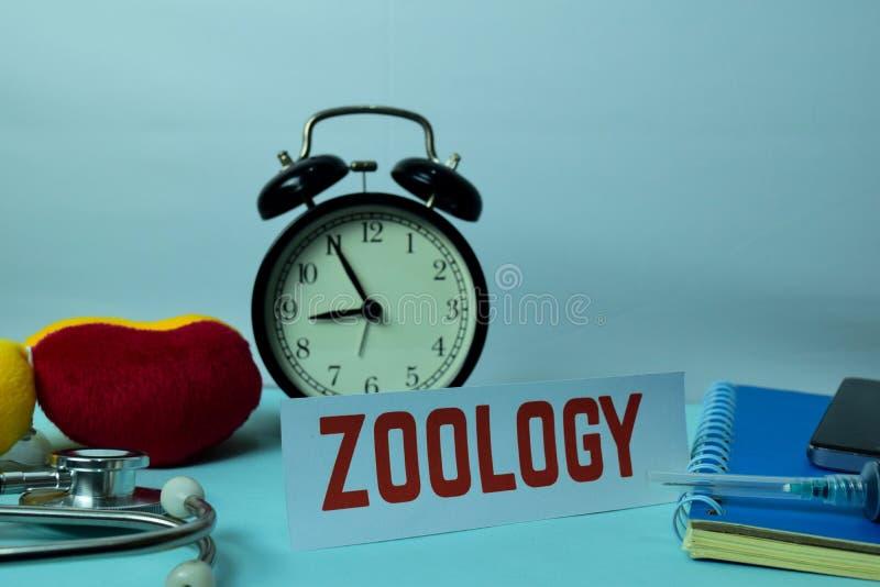 Zoologie-Planung auf Hintergrund der Funktions-Tabelle mit Büroartikel lizenzfreies stockfoto