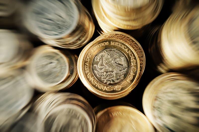 Zoom impilato delle monete del peso messicano immagine stock