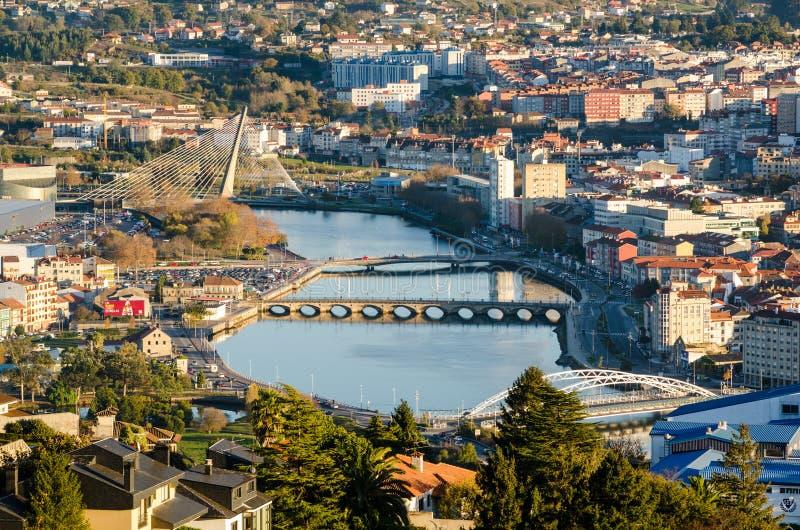 Zoomad sikt av den Lerez floden i staden av Pontevedra i Galicia Spanien från en högstämd synvinkel royaltyfri fotografi