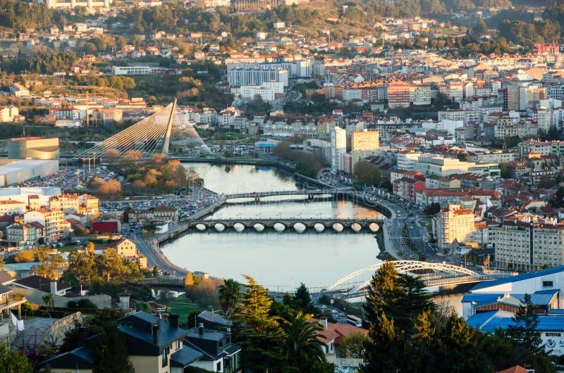 Zoomad sikt av den Lerez floden i staden av Pontevedra, i Galicia Spanien från en högstämd synvinkel arkivfoton