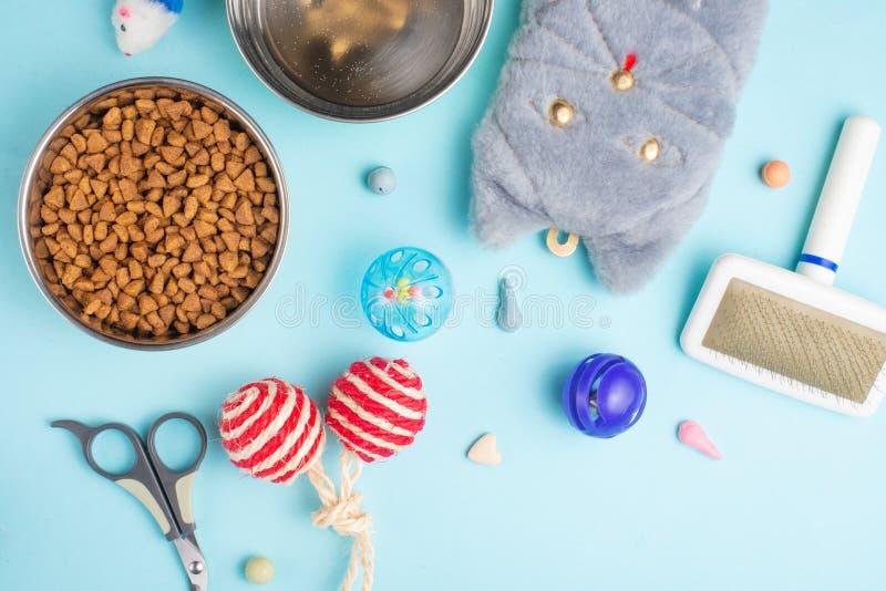 Zoomarket и магазин любимца Catty предпосылка, с аксессуарами кота на голубой предпосылке Знамя, плоское положение стоковые фотографии rf
