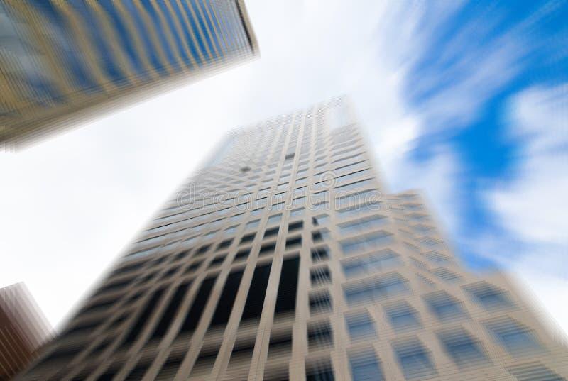 Zoomsuddighetsfotografi av högväxt byggnad fotografering för bildbyråer