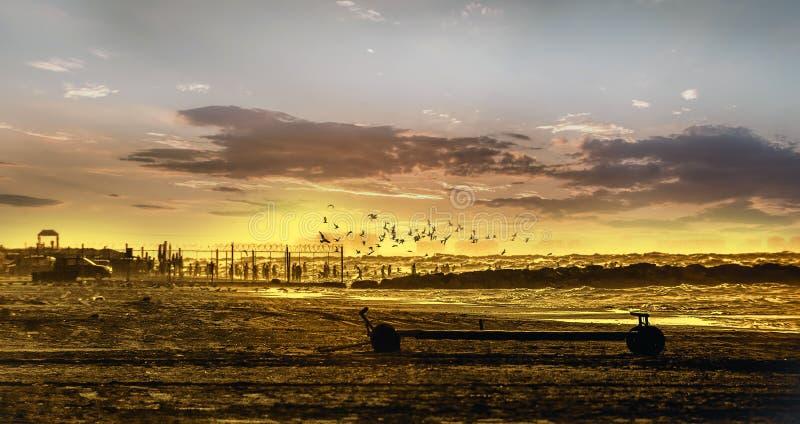 Zoomu strzał ludzie przy zmierzchem Ludzie stoi i ogląda zmierzch przy morzem kaspijskim Baku, Azerbejdżan Pyłów skutki, selekcyj zdjęcie stock