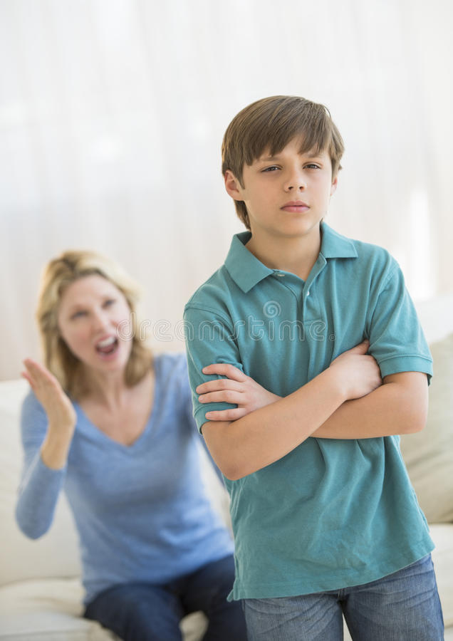 Zoon die Boze Moeder thuis negeren stock foto