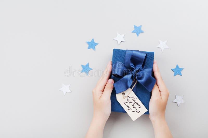 Zoon die een gift of een huidige doos met de Gelukkige markering van de vadersdag houden De hoogste mening van het vakantieconcep stock afbeeldingen