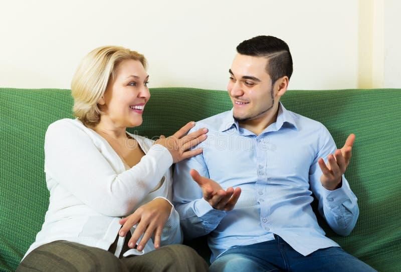 Zoon die met hogere moeder spreken royalty-vrije stock fotografie