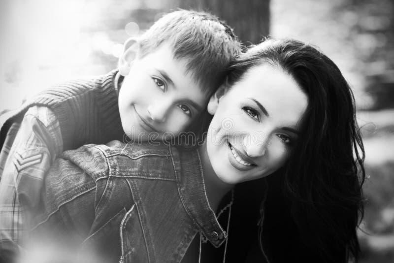 Zoon die zijn moeder koesteren stock foto