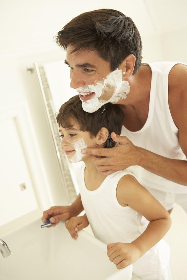Zoon het Letten op het Scheermes van Vaderwet shaving with royalty-vrije stock foto's