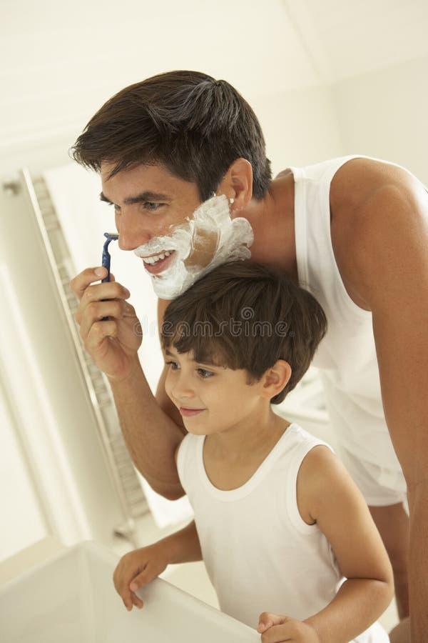 Zoon het Letten op het Scheermes van Vaderwet shaving with royalty-vrije stock fotografie