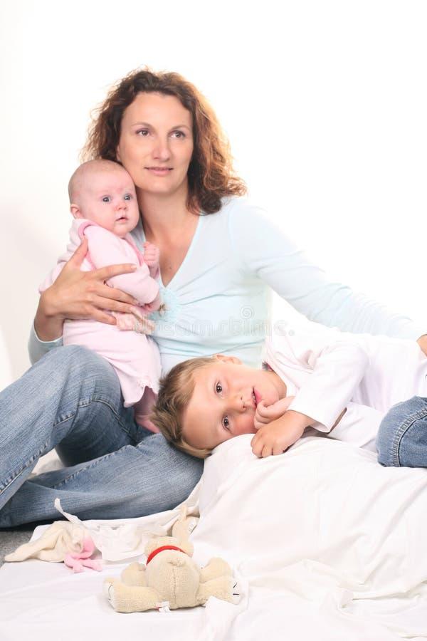 Zoon met moeder en pasgeboren zuster stock foto's