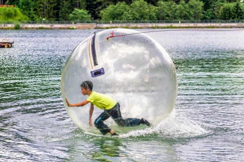 zorbing在水的水色 免版税图库摄影