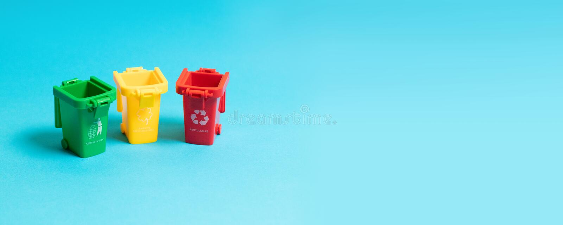 Zorg over ecologie 3 afvalbakken op blauwe achtergrond royalty-vrije stock fotografie