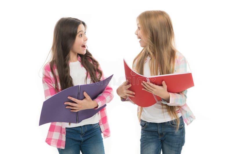 Zorg over het overgaan van examen Controlekennis Definitieve examen komst De meisjes houden handboeken witte achtergrond Het conc royalty-vrije stock afbeelding