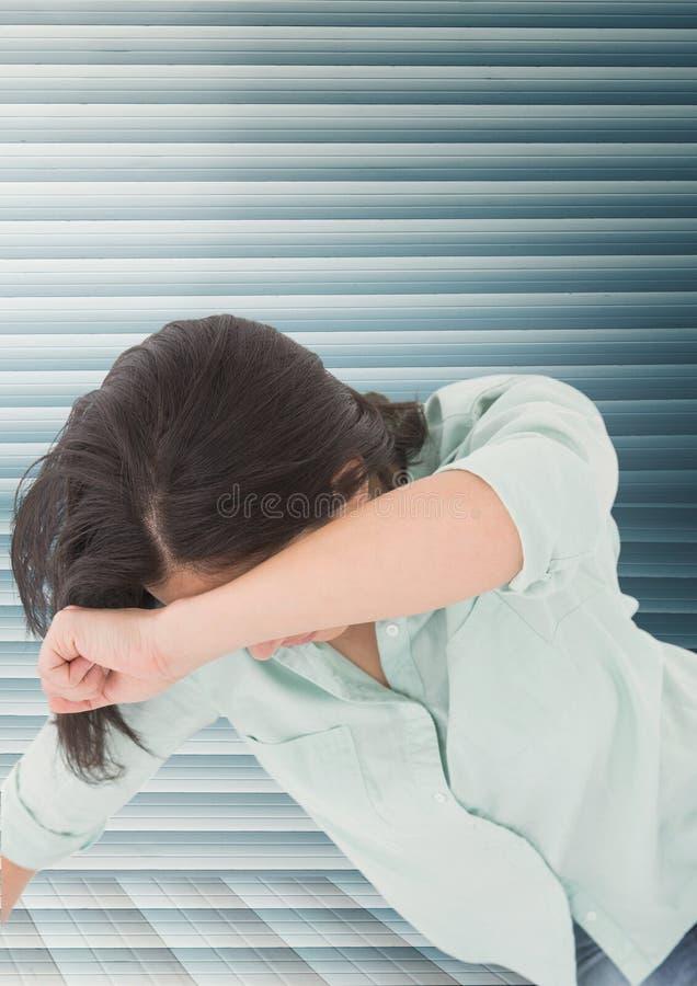 Zorg verontruste vrouw tegen blauwe achtergrond stock foto's