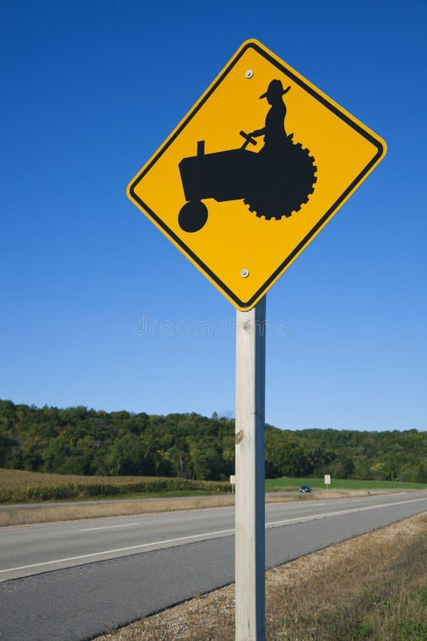 Zorgvuldig ben! Landbouwers op tractoren! stock foto's