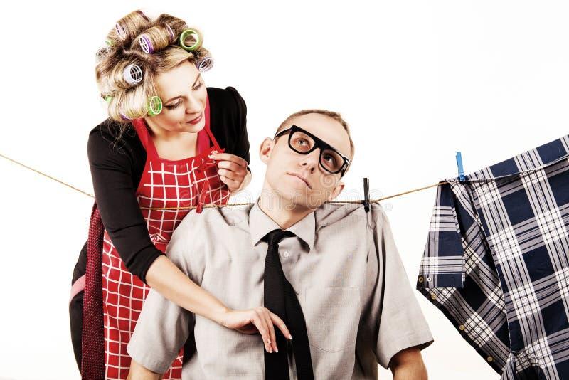 Zorgvuldige houswife washong zijn echtgenoot stock fotografie