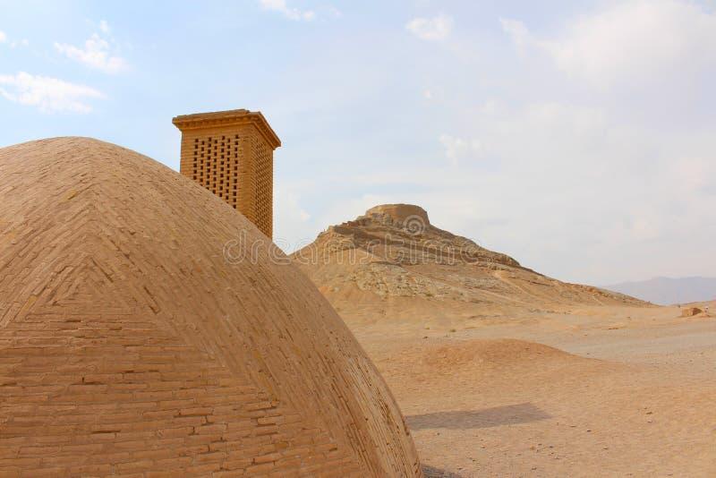Zoroastrian torn av tystnad och vindtorn i Yazd, Iran royaltyfria foton