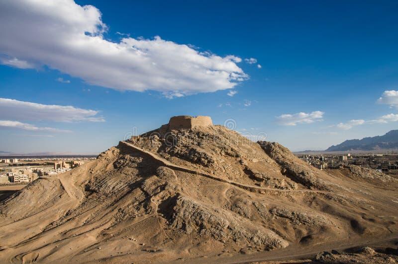 Zoroastrianen står hög av tystnad i Yazd, Iran arkivbilder