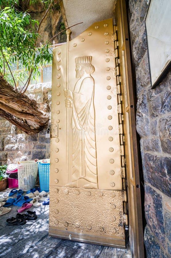 Zoroastrians złoci drzwi z ulgą Ahura Mazda zdjęcie stock