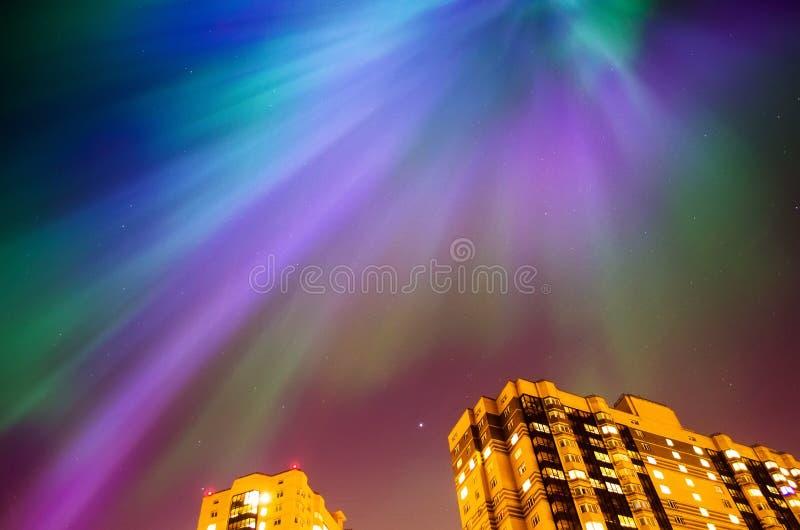 Zorz borealis gwiaździsta noc nad domami i miastem fotografia stock