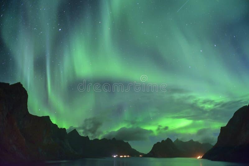 Zorza Borealis, x28 i meteor &; północny lights& x29; od Lofoten, Norwegia obrazy royalty free
