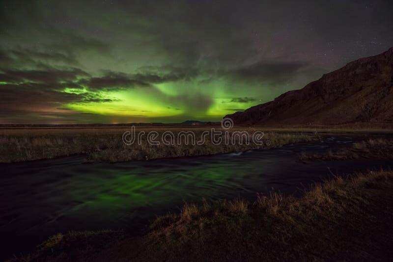 Zorza Borealis odbija w strumieniu w Iceland zdjęcia royalty free
