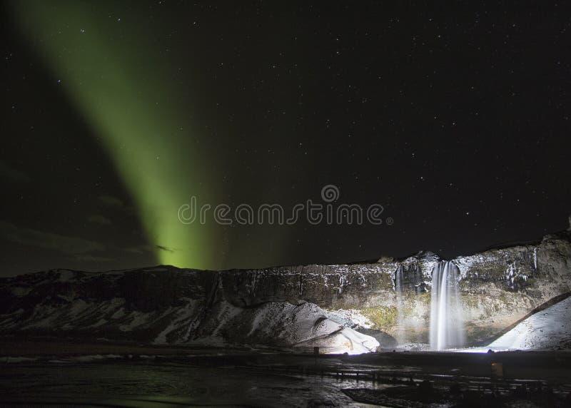 Zorza Borealis siklawą w Iceland przy nocą obrazy royalty free