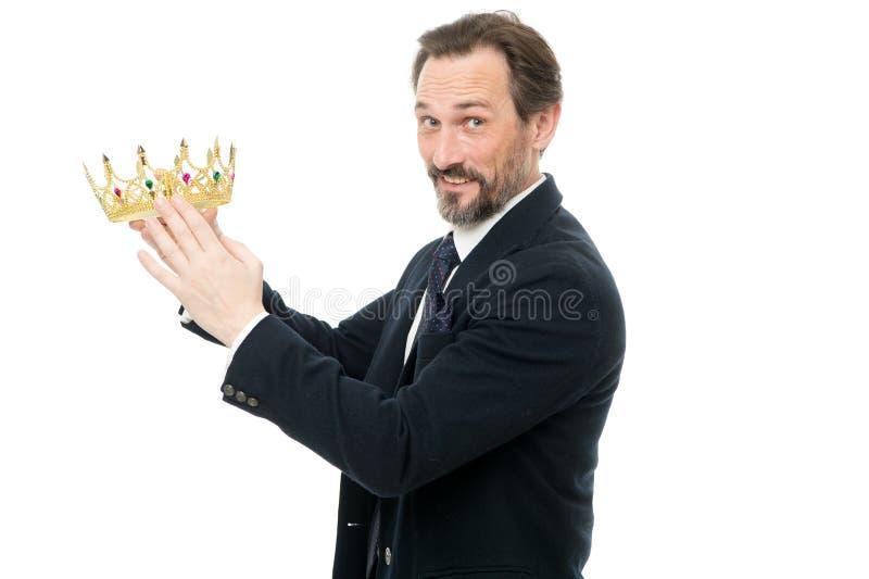 Zostać następny królewiątko Monarchii rodziny tradycje Królewiątko atrybut Mężczyzna natury brodaty facet w kostiumu chwyta koron zdjęcie royalty free