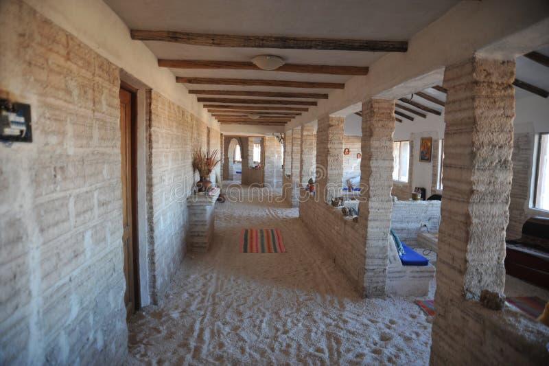 Zout hotel voor toeristen op de zoute vlakten van Uyuni royalty-vrije stock afbeeldingen