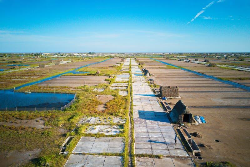 Zoute arbeiders die aan zoute gebieden werken Deze plaats was de grootste zoute productieplaats in Noordelijk Vietnam maar nu bij royalty-vrije stock afbeeldingen