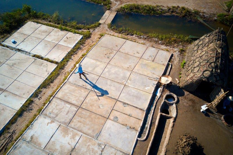 Zoute arbeiders die aan zoute gebieden werken Deze plaats was de grootste zoute productieplaats in Noordelijk Vietnam maar nu bij royalty-vrije stock afbeelding