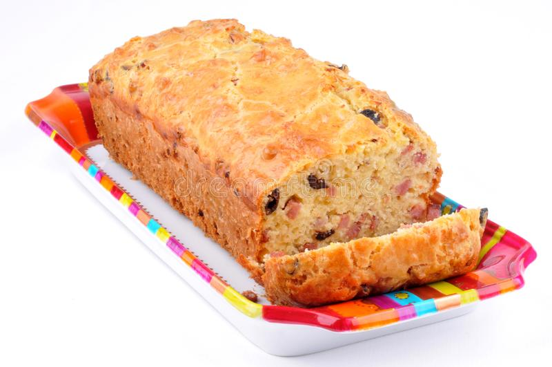 Zoute cake met bacon en olijven stock foto's