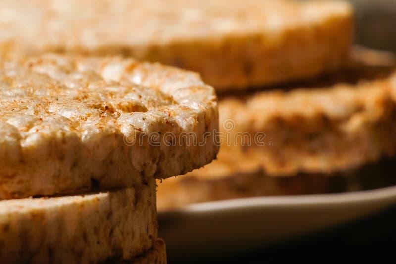 Zoute galettes van rijstcrackers met kruiden stock foto's